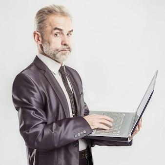 Hombre de negocios, con, un, computadora portátil abierta, en, un, blanco
