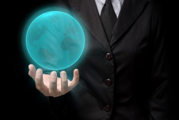 Hombre de negocios de la comunicación global que sostiene el mundo táctil digital en su representación de la mano 3d.