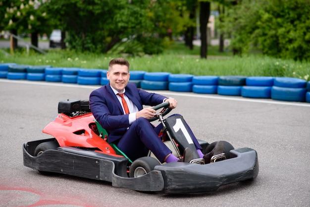 Hombre de negocios conduce un automóvil.