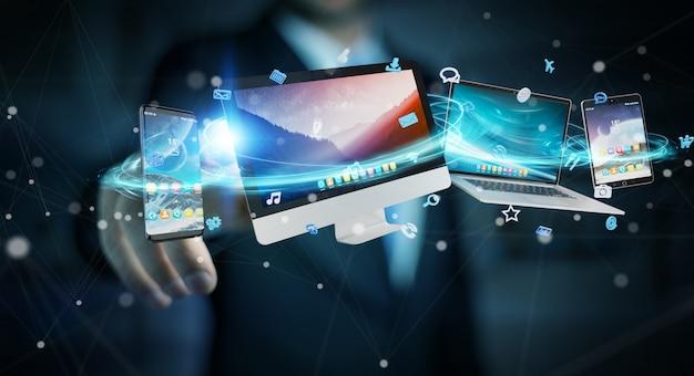 Hombre de negocios conectando dispositivos de tecnología y aplicaciones de iconos.