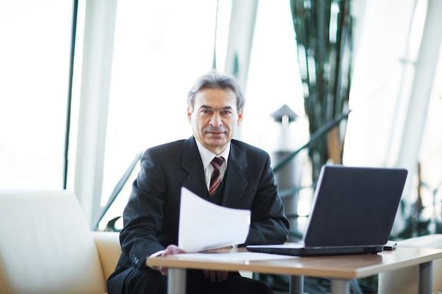 Hombre de negocios confiado en la oficina.