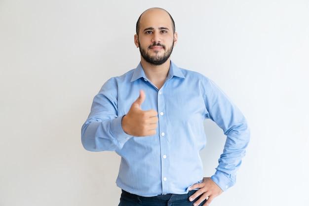 Hombre de negocios confiado positivo que gesticula como