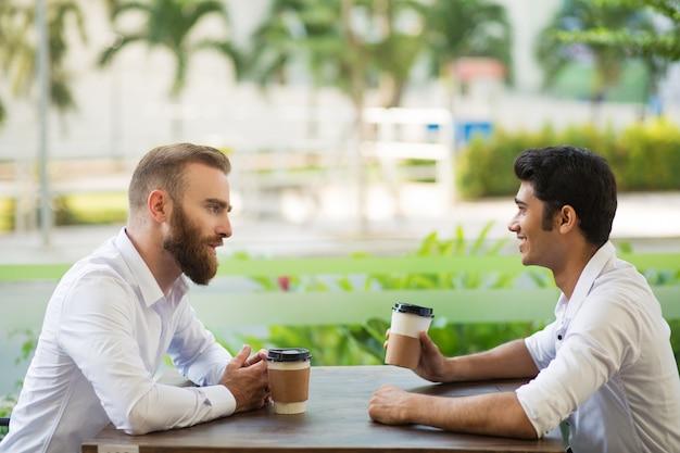 Hombre de negocios confiado que explica su plan al socio