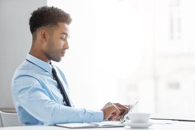 Hombre de negocios confiado que trabaja en el escritorio
