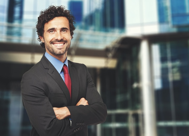 Hombre de negocios confiado sonriente