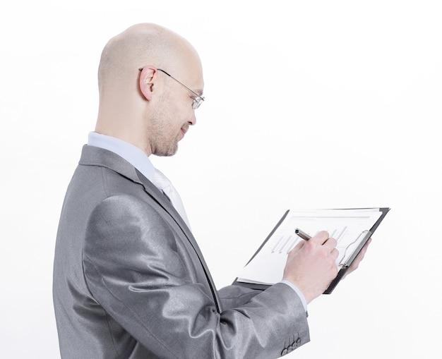 Hombre de negocios confiado de vista lateral con documentos financieros