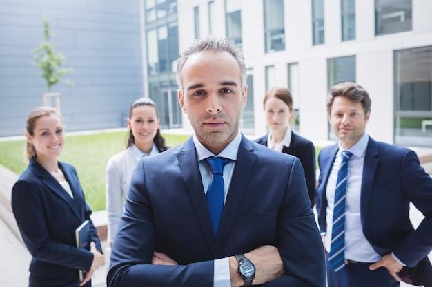 Hombre de negocios confidente con colegas