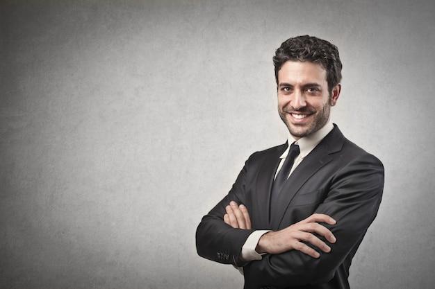 Hombre de negocios confidente feliz