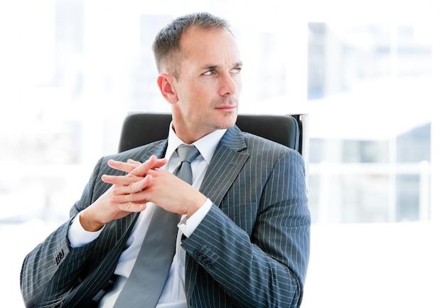 Hombre de negocios confidente que piensa en la compañía