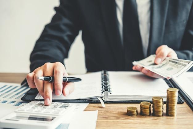 Hombre de negocios contabilidad costo costo económico presupuesto inversión y ahorro