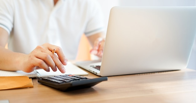 Hombre de negocios del contable que presiona en la calculadora