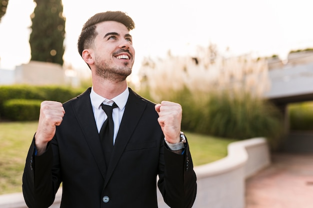 Hombre de negocios contento