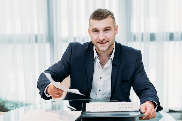 Hombre de negocios con un currículum vitae o un formulario de solicitud.