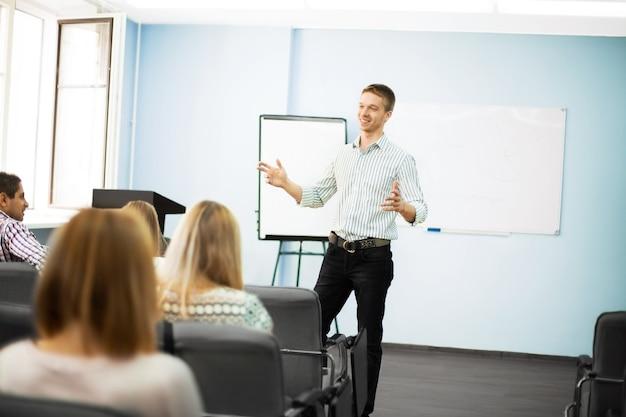 Hombre de negocios dando una presentación en rotafolio. concepto de trabajo en equipo