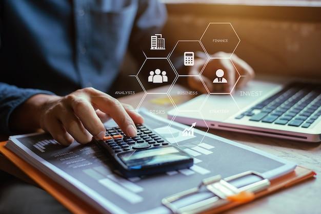 Hombre de negocios con datos financieros y gráfico de informe en casa de la oficina.