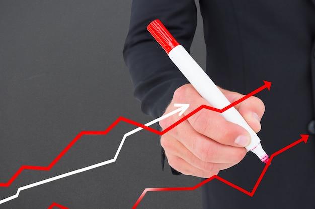 Hombre de negocios dibujando líneas con un rotulador