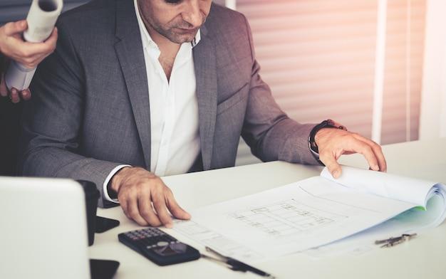 El hombre de negocios está discutiendo en datos de la venta en la reunión del equipo