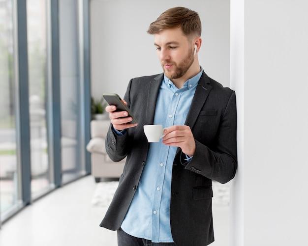 Hombre de negocios mediante dispositivo móvil