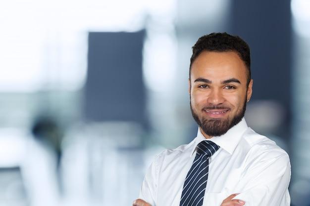 Hombre de negocios ejecutivo afroamericano alegre guapo