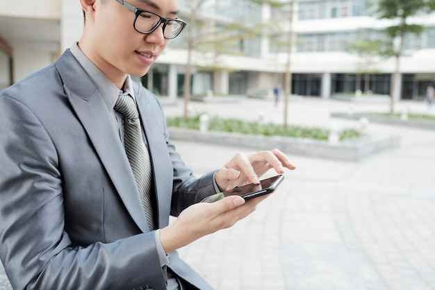Hombre de negocios ejecutivo mensajes de texto