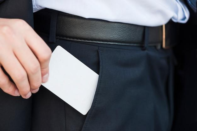 Hombre de negocios elegante enseñando tarjeta de visita