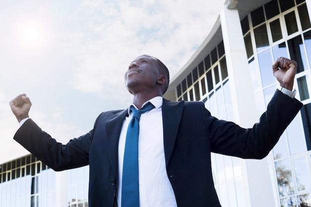 Hombre de negocios elegante con pose de victoria