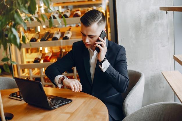 Hombre de negocios elegante que trabaja en un café