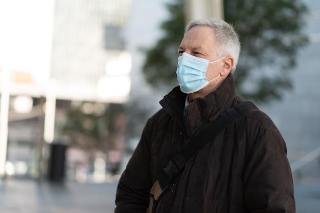 Hombre de negocios enmascarado caminando al aire libre para ir al trabajo, concepto de estilo de vida de personas con coronavirus