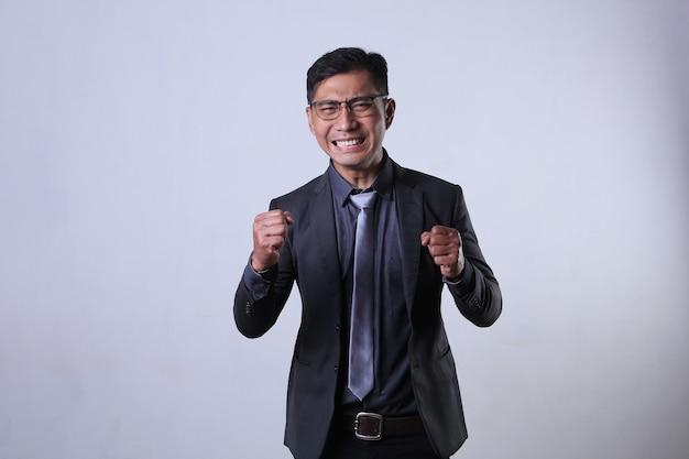 Hombre de negocios enojado apretando los puños sintiéndose enojado y molesto