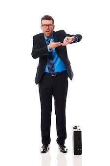 Hombre de negocios enojado esperando socio comercial tarde