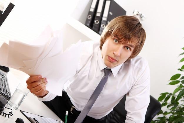 Hombre de negocios enojado en su oficina
