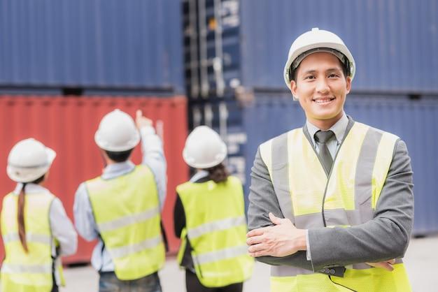 Hombre de negocios y equipo en logística, exportación, industria de importación con contenedor de envío