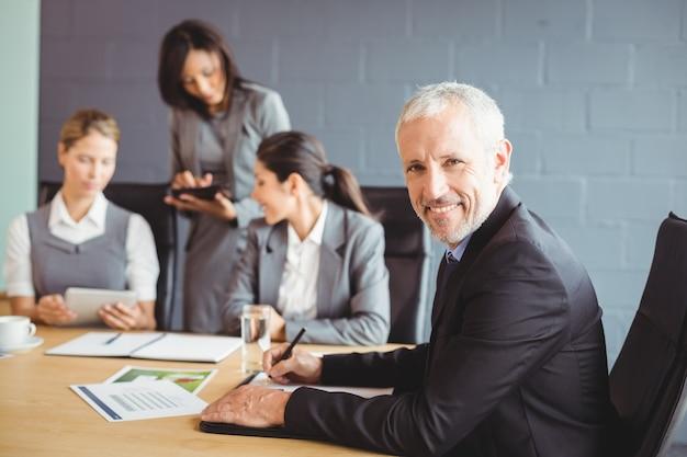 Hombre de negocios escribiendo un informe en la sala de conferencias