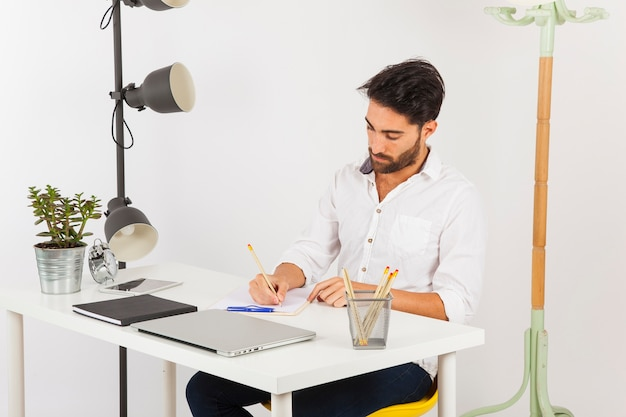 Hombre de negocios escribiendo en el portapapeles