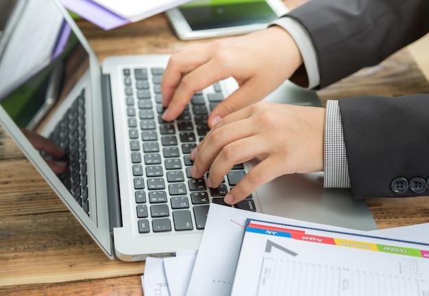 Hombre de negocios escribiendo en un portátil