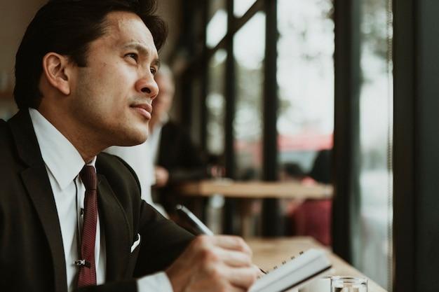 Hombre de negocios, escritura, en, un, café