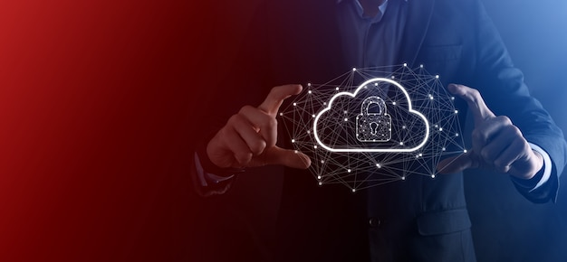 Hombre de negocios espera, con datos de computación en la nube y seguridad en redes globales, candado e icono de nube. tecnología de negocio. ciberseguridad y protección de la información o de la red. proyecto de internet.