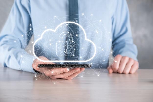 Hombre de negocios espera, con datos de computación en la nube y seguridad en redes globales, candado e icono de nube. tecnología de negocio, ciberseguridad y protección de la información o de la red, proyecto de internet