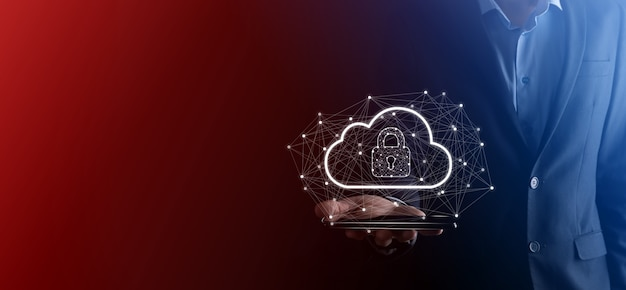 Hombre de negocios espera, con datos de computación en la nube y seguridad en redes globales, candado y el icono de la nube. tecnología de negocio, ciberseguridad y protección de la información o de la red, proyecto de internet