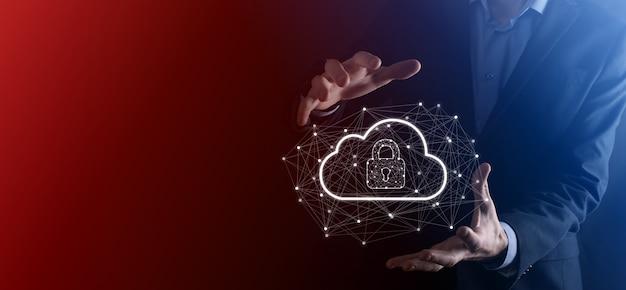 Hombre de negocios espera, con datos de computación en la nube y seguridad en redes globales, candado y el icono de la nube. tecnología de negocio. ciberseguridad y protección de la información o de la red. proyecto de internet.