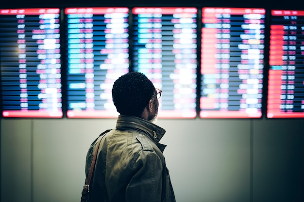 Hombre de negocios esperando el concepto de pasajero