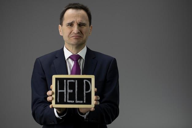 Hombre de negocios estresado pidiendo ayuda, apoyo gubernamental de empresas medianas