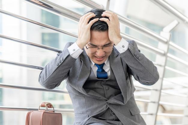 El hombre de negocios está estresado por el trabajo, el concepto de negocio