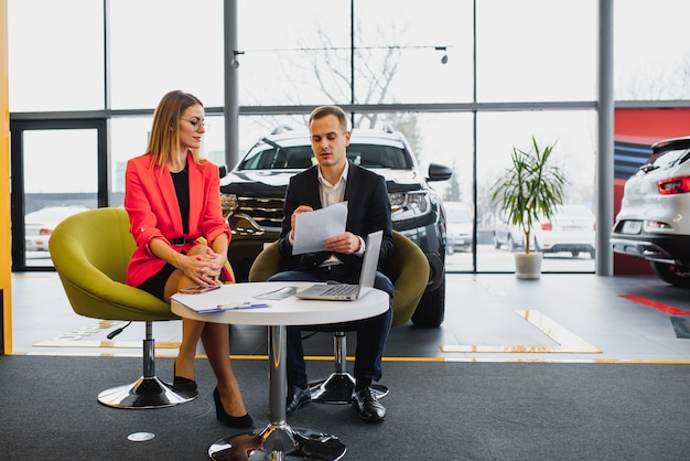 Hombre de negocios exitoso en un concesionario de automóviles