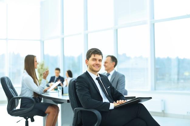Hombre de negocios exitoso en la oficina