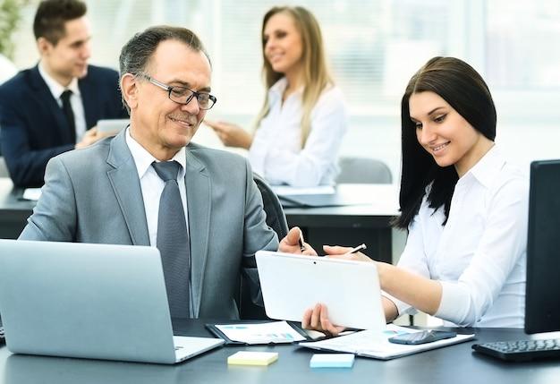 Hombre de negocios exitoso y su asistente discuten el plan de trabajo