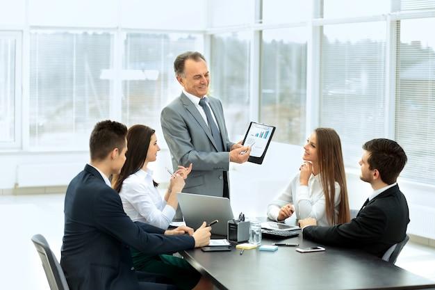 Hombre de negocios exitoso y su equipo empresarial reunido en una oficina moderna