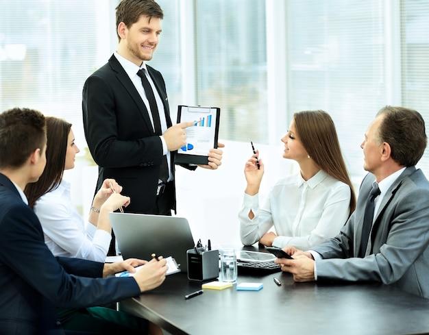 Hombre de negocios exitoso y su equipo de negocios reunidos en una oficina moderna.