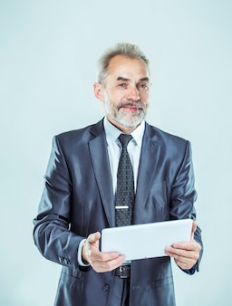 Hombre de negocios exitoso con tableta digital sobre fondo claro