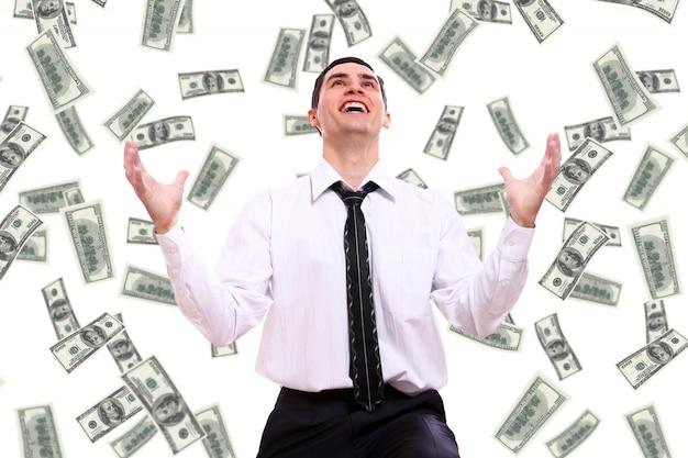 Hombre de negocios feliz y billetes de dólar volando